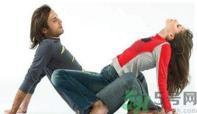 大屁股性交_女性采骑马姿势的性交方法有两种,一种以屁股直接坐在另一半的腰上,一